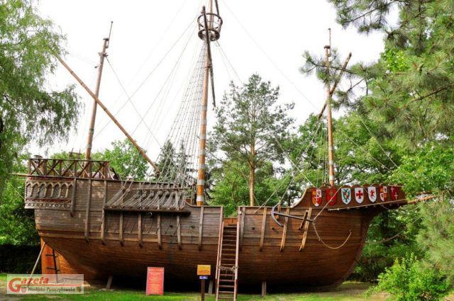 Muzeum – Pracownia Literacka Arkadego Fiedlera w Puszczykowie – replika statku Santa María w skali 1:1