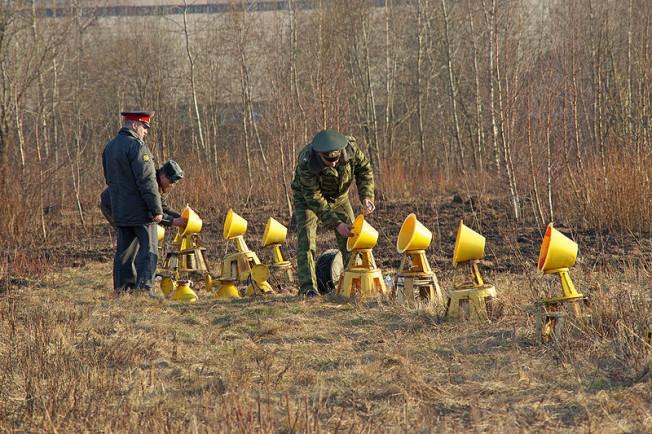 wkręcanie żarówek po katastrofie samolotu w Smoleńsku