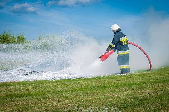 straż pożarna - strażak w akcji