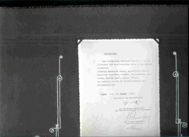fotka rozkazu wypłynięcia z podpisem Hitlera i dowódcy Marynarki Wojennej.