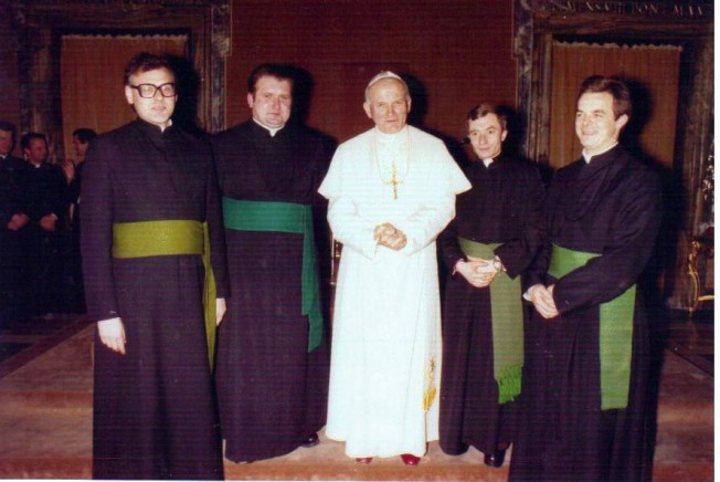 Kard. Wojtyła udaje się na konklawe, z lewej b. Marian, z prawej ks. Dziwisz