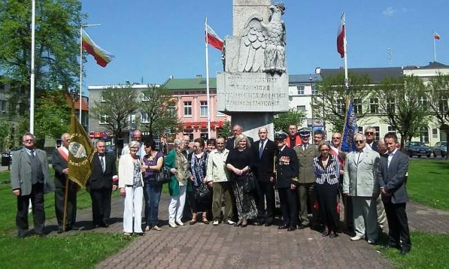 Rocznica - zdjęcie grupowe na placu 20 Października w Mosinie