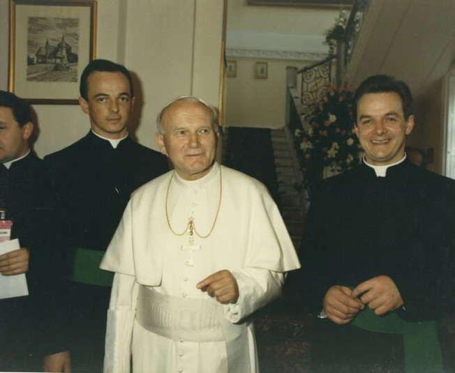Bracia Marian (z prawej) i Włodzimierz (z lewej) z Ojcem Świętym w rezydencji Prymasa