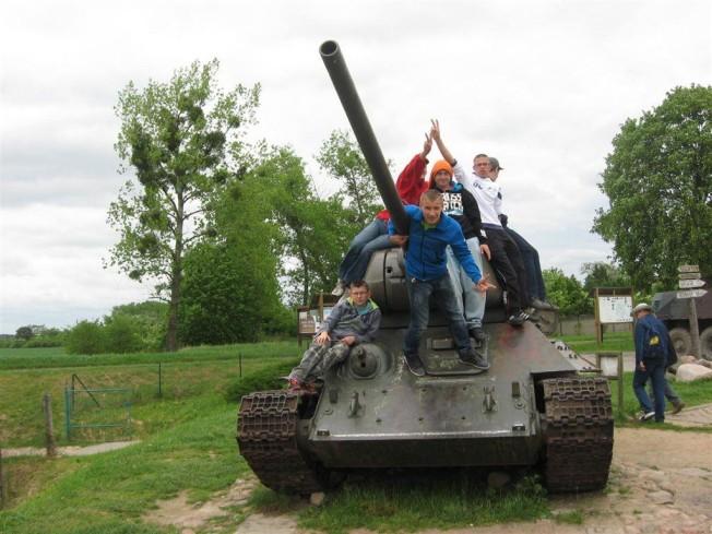 dzieci na radzieckim czołgu t-34