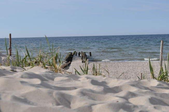 widok z wydm na morze w Kołobrzegu