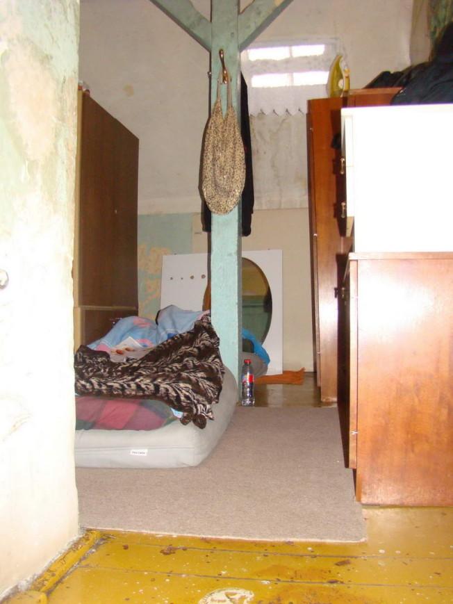 Łóżko w korytarzu