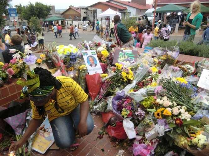 Kwiaty składane przez naród w hołdzie wielkiemu przywódcy