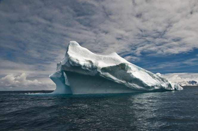 Góra lodowa w okolicy stacji