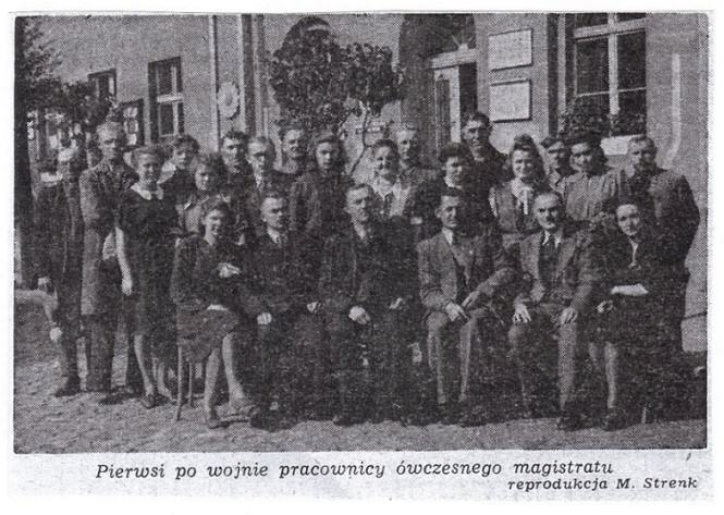 Pierwsi po wojnie pracownicy ówczesnego magistratu