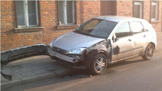 poszukiwanie świadków wypadku - uszkodzony Ford
