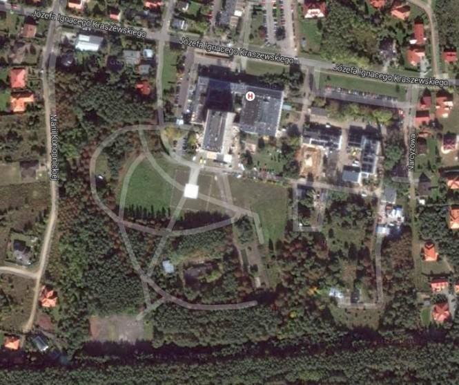 Widok z lotu ptak na zielone tereny przy szpitalu, które mają zostać sprzedane i zabudowane. Fot. Google Maps