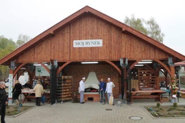 Zielony rynek Mosina - pieczenie chleba na targowisku w Mosinie