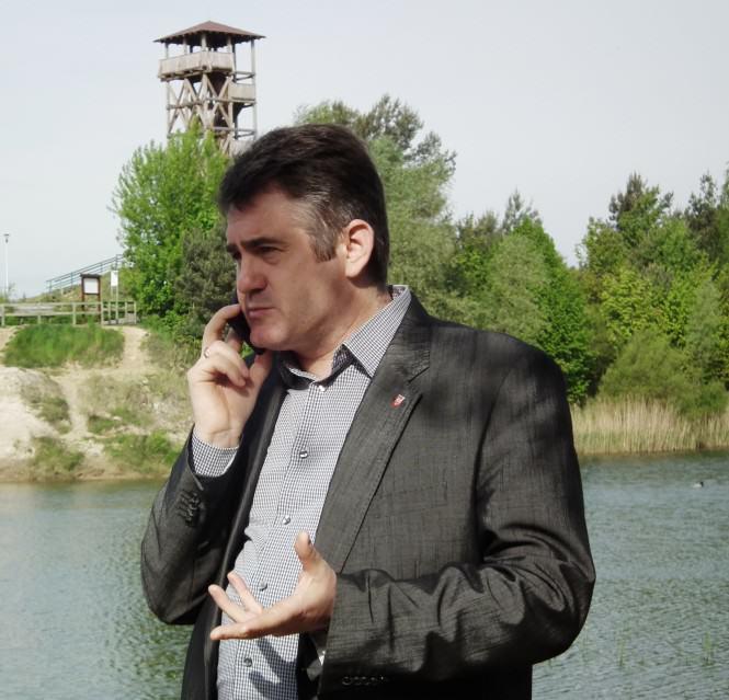 Waldemar Krzyżanowski na gliniankach przed wieżą widokową (Pożegowo)