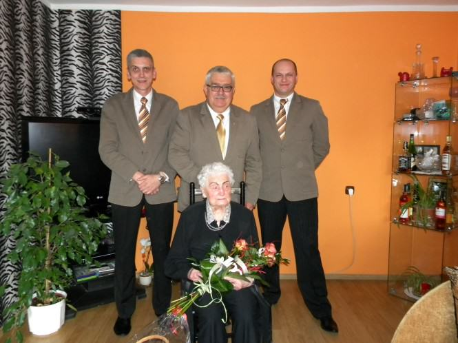 Jubilatkę odwiedził sołtys wsi Krosno- r. Rybicki wraz z męską częścią Rady Sołeckiej