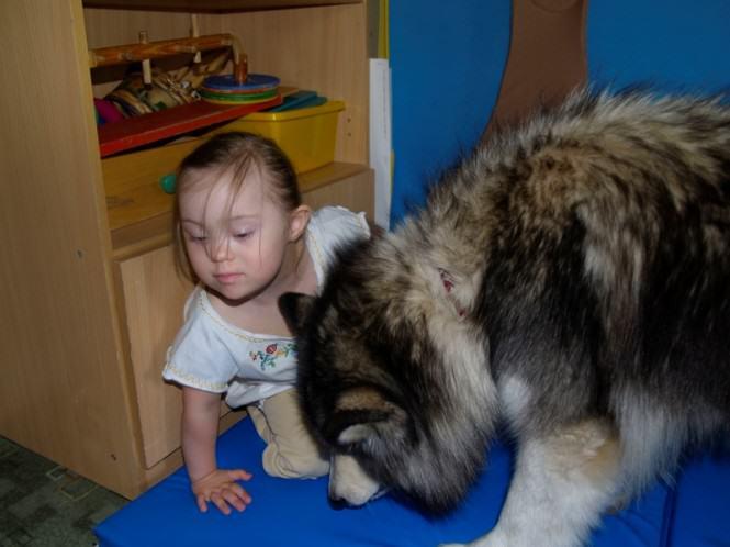 Mosińskie Stowarzyszenie na Rzecz Osób Niepełnosprawnych - dziewczynka z psem