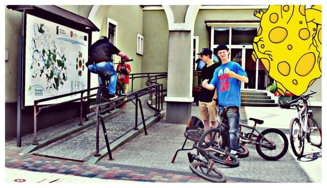Rider grindujący poręcz przy Urzędzie Miasta w Mosinie