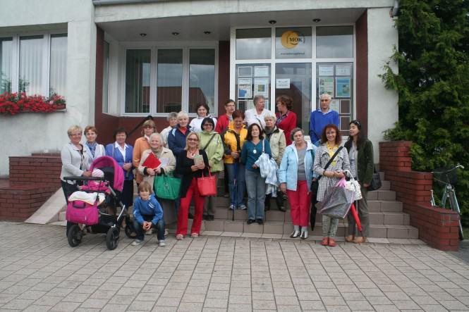 przed wejściem do MOK w Mosinie