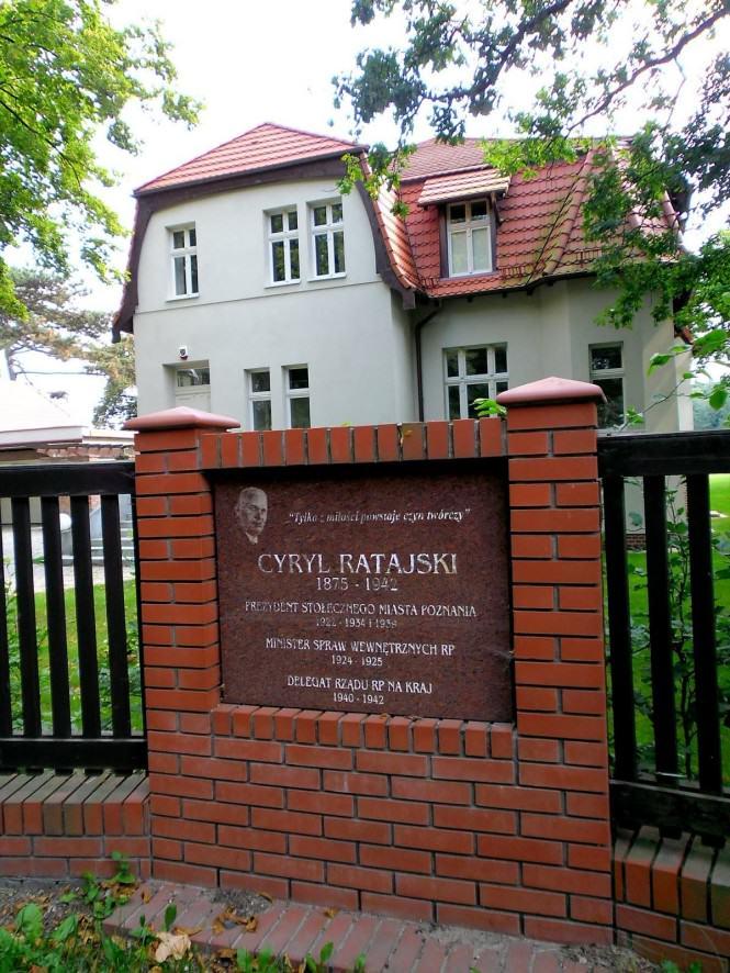 Dom Cyryla Ratajskiego i tablica pamiątkwa
