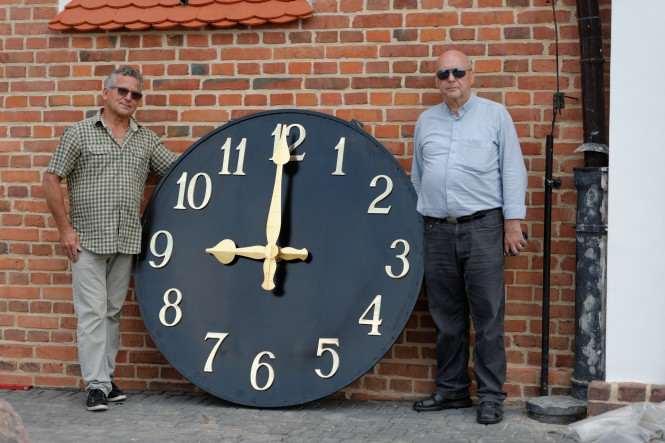 z zegarem kościelnym