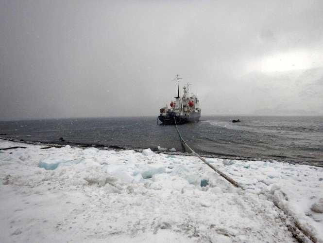 Z Mosiny - Polar Pioneer podczas tankowania paliwa