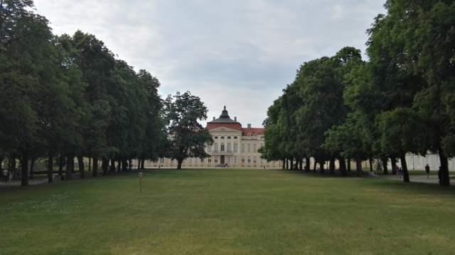 Pałac w Rogalinie latem - od frontu