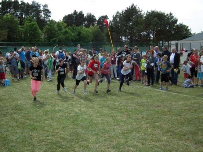 dzieci biegną w wyścigach