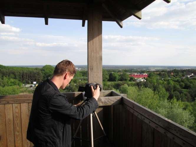 reżyser Krzysztof Wiśniewski na wieży w Pożegowie