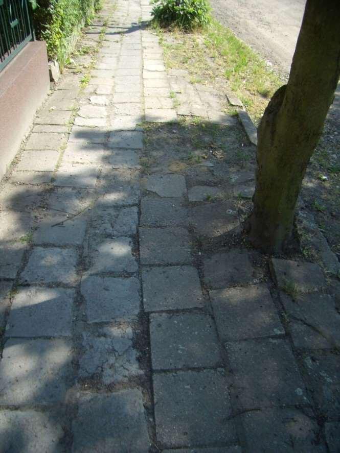 Uwaga, chodnik - zły stan nawierzchni chodnika
