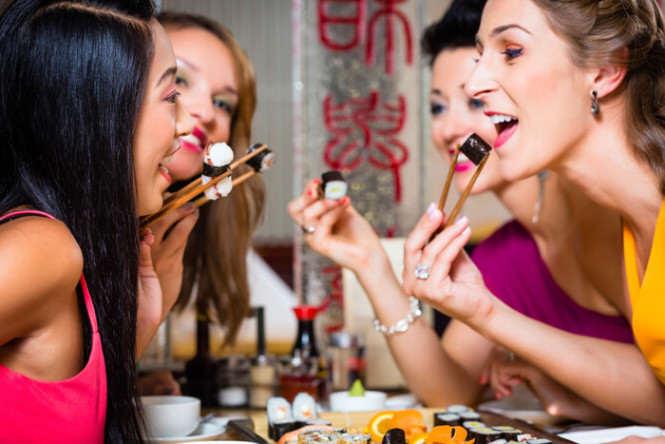 kobiety jedzące sushi