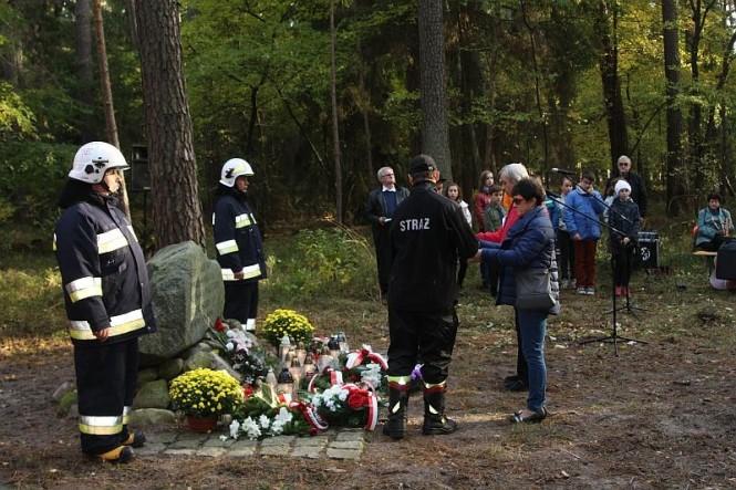 Chwila zadumy nad Mogiłami Pomordowanych Polaków w lasach gminy Mosina w okresie II Wojny Światowej