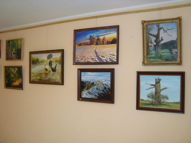 obrazy i ikony na ścianie