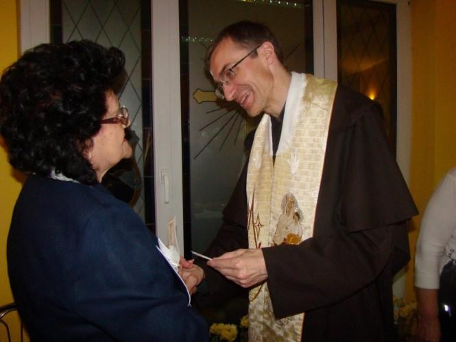 O. Piotr dzieli sie opłatkiem z Bożeną Michalak