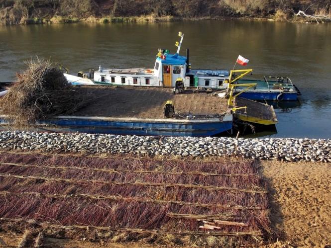 barka przy brzegu Warty i nabrzeże po modernizacji