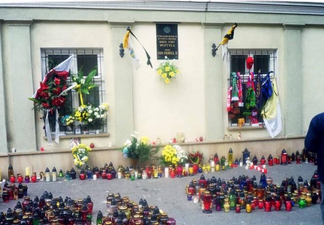 Okna domu Papieża w dniu pogrzebu