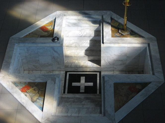 Sadzawka do udzielania chrztu przez zanurzenie w katolickim kościele Bł. Radzyma Gaudentego w Gnieźnie. Zbudowana dzięki inspiracji Drogi neokatechumenalnej.
