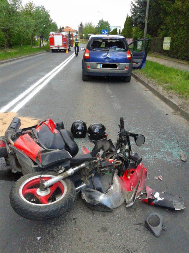 wypadek w Mosinie - wrak skutera i pojazd po wypadku