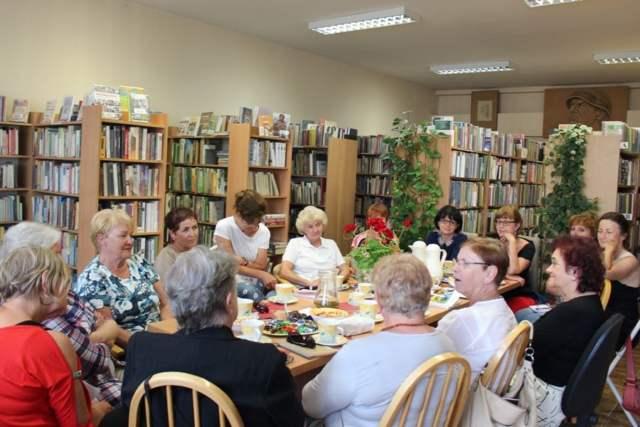 Pisarka Wiesława Szubarga na spotkaniu Dyskusyjnego Klubu Książki