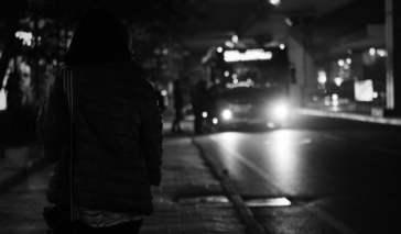 pieszy nocą