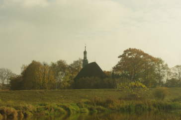 kościół w Rogalinku (Parafia św. Michała Archanioła i MBWW w Rogalinku) nad rzeką Wartą