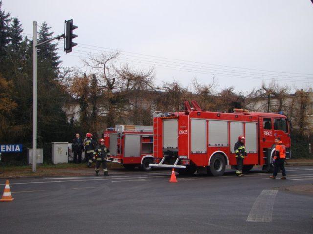 strażacy podczas akcji, wypadek przy ul. Wawrzyniaka w Mosinie