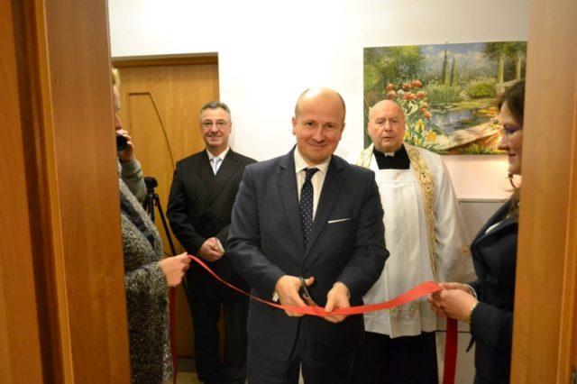 Bartłomiej Wróblewski i proboszcz Edward Majka - otwarcie biura DudaPomoc po poznańsku