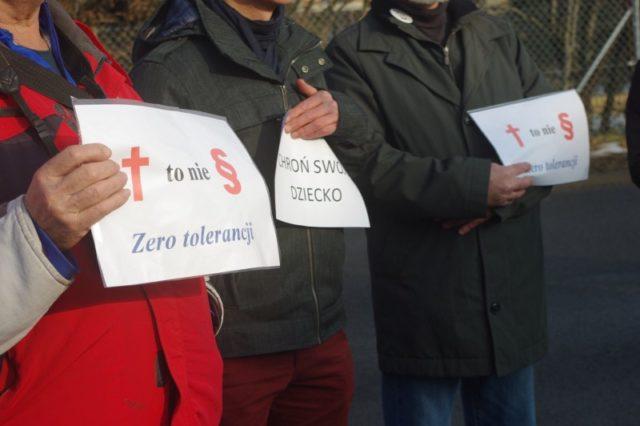 protestujący w Puszczykowie