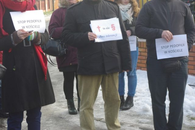 protestujący przy domu Zgromadzenia Towarzystwa Chrystusowego