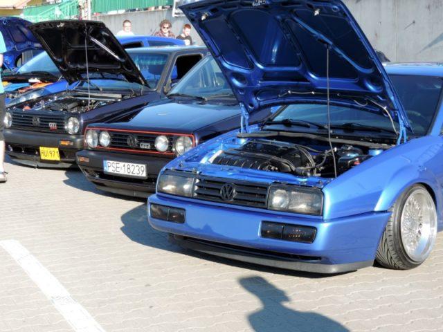 Mosińskie spoty samochodowe - auta po tuningu na targowisku w Mosinie