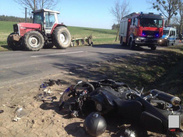 wypadek motocykl i traktor oraz wóz strażacki