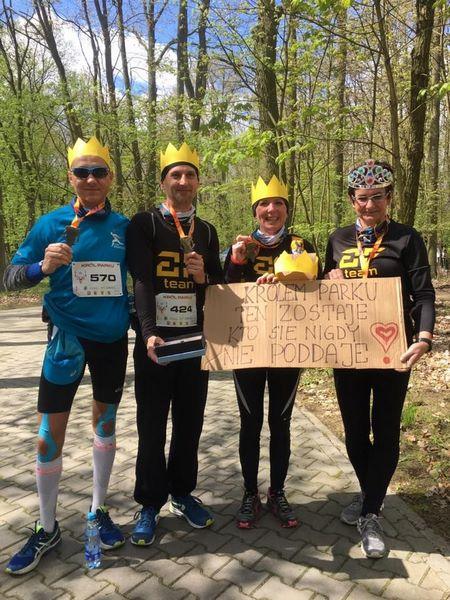 Uczestnicy zawodów biegowych Król Parku WPN