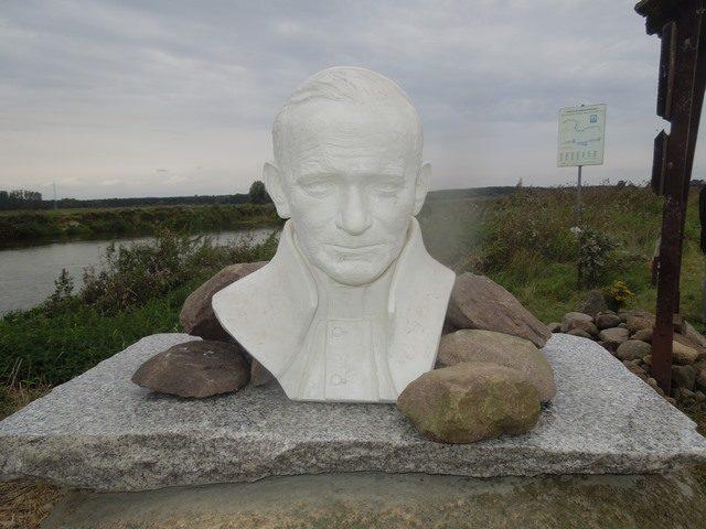 Popiersie Jana Pawła II - przystań w Rogalinku