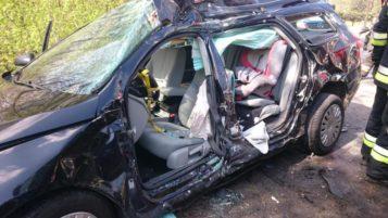 rozbity pojazd, w którym podróżowała rodzina