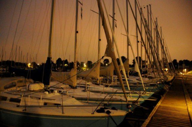 jachty wieczorową porą