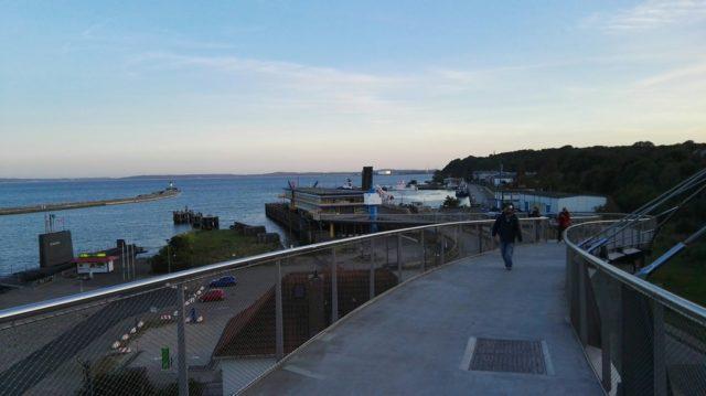 Sassnitz, Niemcy - widok na port i okręt podwodny z angielską banderą